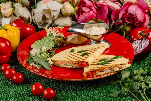 Кальцоне пицца из семги в Тортилии с соусом цезарь